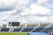 Stade d'athlétisme avec une tribune vide — Photo de stock