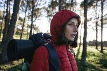Женщины турист, прогулки на природе — стоковое фото
