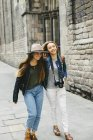 Spain, Barcelona, two young women walking in the city — Stock Photo