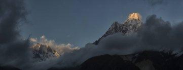 Nepal, Himalaya, Khumbu, Everest Region, ama dablam, Felsen unter Wolken — Stockfoto