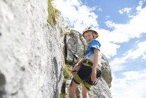 Niedrigen Winkel Ansicht des kleinen Jungen den Felsen klettern, tagsüber — Stockfoto