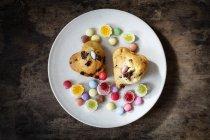 Schokoladenmuffins mit Bonbons auf Teller — Stockfoto