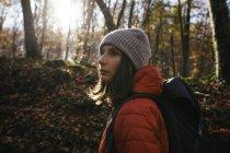 Spagna, Catalogna, Girona, escursionista femminile nel bosco guardarsi intorno — Foto stock