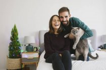 Porträt eines Paares und seiner Katze zu Hause — Stockfoto