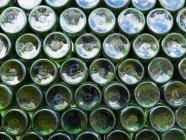Bottiglie di vino, accatastate al mercato — Foto stock