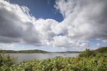Ірландії Голуей County, Bertaghboy затоку біля місті Cashel під хмарами — стокове фото