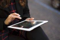 Primo piano della donna che utilizza tablet digitale all'aperto — Foto stock