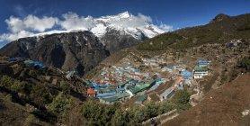 Nepal, Himalaya, Khumbu, Namche Bazaar y casas en el valle rodeado de rocas - foto de stock