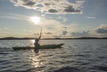 Фінляндія Південна Савонія місті Oravi, Ліннансаарі Національний парк, хлопчик каякінгом на озері Haukivesi — стокове фото