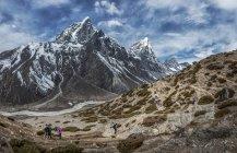 Nepal, Himalaia, Khumbu, região do Everest, Taboche, montanhistas, cruzando montanhas — Fotografia de Stock