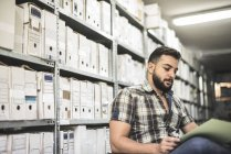 Barbudo, trabajando en el archivo de un archivo - foto de stock