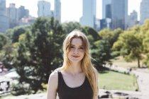 Portrait de USA, New York City, de la jeune femme à Central Park — Photo de stock