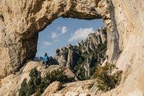 Espagne, randonneur de Tarragona, Parc naturel dels Ports regardant vue — Photo de stock