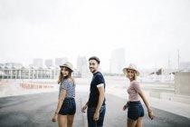Freunde zu Fuß und über die Schultern schauen — Stockfoto