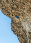 Malta, Ghar Lapsi, grotta Mccartheys, scalatore di roccia sulla scogliera con cielo blu su sfondo — Foto stock