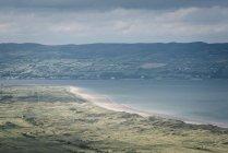 Spiaggia di vista di Benone di Irlanda del Nord, Contea di Derry, alla penisola di Inishowen durante il giorno — Foto stock
