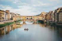 Italia, Florencia, río Arno y el Ponte Vecchio - foto de stock