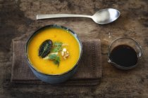 Vegane Sahne Kürbis Suppe mit Walnüssen und Soja-sauce — Stockfoto