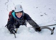Великобритания, Шотландия, Гленко, Бен Udlaih, женщина, ледолазание в горах — стоковое фото