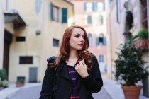 Giovane donna Italia, Verona, la città guardando intorno — Foto stock