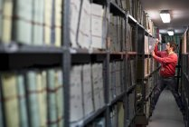 Mann arbeitet in einem Archiv — Stockfoto