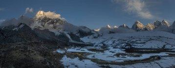 Nepal, Himalaya, Khumbu, Ama Dablam and view of rocks with snow — Stock Photo