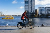 Ірландія, Дублін, молода людина в місті док велосипед їзда — стокове фото