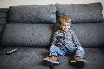 Petit garçon regarder la télévision — Photo de stock