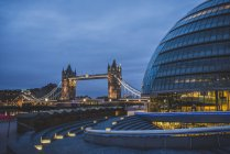 Соединенное Королевство, Англия, Лондон, королевы ходьбы, Ратуша и башня мост вечером — стоковое фото