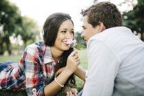 Coppia innamorata sdraiata sul prato — Foto stock