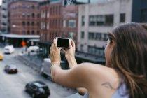 USA, New York City, jeune femme prenant un selfie avec un téléphone portable — Photo de stock
