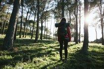 Espanha, Catalunha, Girona, caminhante feminina na natureza — Fotografia de Stock