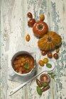 Sugo de tomate en pot et tomates fraîches — Photo de stock