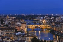 Italy, Tuscany, Florence, Cityscape, View of Arno river with Ponte Vecchio in the evening — Stock Photo