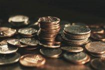 Купи і штабеля монети на дерев'яні поверхні — стокове фото