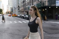 Соединенные Штаты Америки, New York City, young woman on the go in Manhattan — стоковое фото