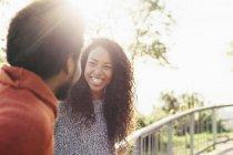 Счастливая молодая женщина, сидящая лицом к лицу с бойфрендом — стоковое фото