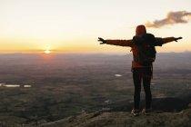 Іспанії, Каталонія, Жирони, жіночий мандрівного в природі, дивлячись на вигляд при сходом сонця — стокове фото