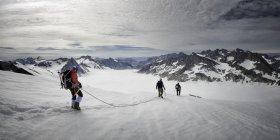Гренландия, Schweizerland, Кулусук, альпинисты, восхождение с каната в зимний период — стоковое фото
