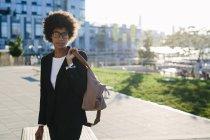 Ritratto di donna d'affari con borsa per strada — Foto stock