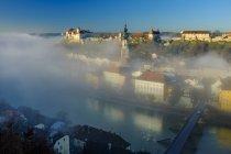Germania, Baviera, Burghausen nella nebbia del mattino — Foto stock