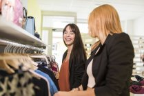 Молодые женщины в бутик модной одежды, Магазины одежды — стоковое фото