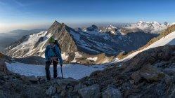 Svizzera, Alpi Pennine, Wallis, Saas-Grund, Weissmeis, Viandante femminile in piedi nelle montagne — Foto stock