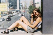 USA, New York, giovane donna sorridente che si rilassa in città — Foto stock