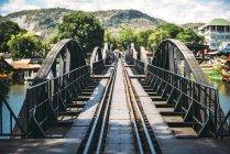 Tailândia, Kanchanaburi, vista para a ponte sobre o rio Kwai — Fotografia de Stock