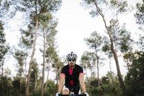 Велосипедист в лесу — стоковое фото