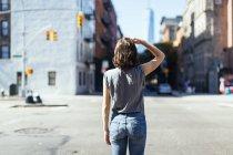Stati Uniti, New York City, vista posteriore di giovane donna in piedi su una strada — Foto stock
