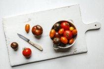 Барвисті свіжими помідорами в мисці — стокове фото