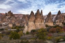 Turquía, Capadocia, formaciones rocosas por la noche - foto de stock
