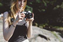 Молодая женщина на улице с камерой — стоковое фото